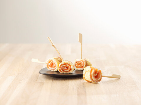 Cr�pe rolls filled with smoked salmon