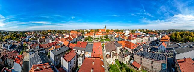 Fototapeta stare miasto Wodzisław Śląski na Śląsku w Polsce, jesienią z lotu ptaka, rynek obraz