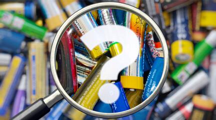 Obraz Altbatterien und Lupe mit Fragezeichen - fototapety do salonu