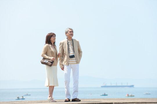 海のリゾートへ旅行中の中年夫婦