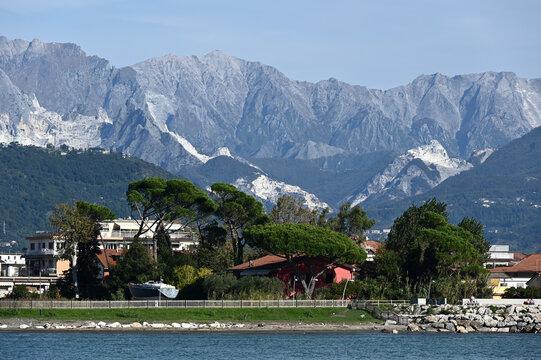 Lungofiume di Fiumaretta nella riva sinistra del fiume Magra, nello sfondo le Alpi Apuane con le cave di Marmo di Carrara