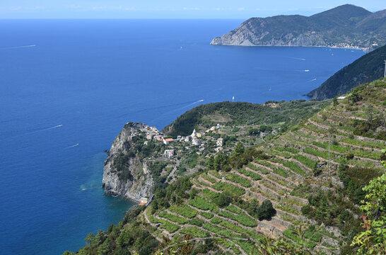 Paesaggio sulle 5 Terre con la località di Corniglia sul promontorio a picco sil mare